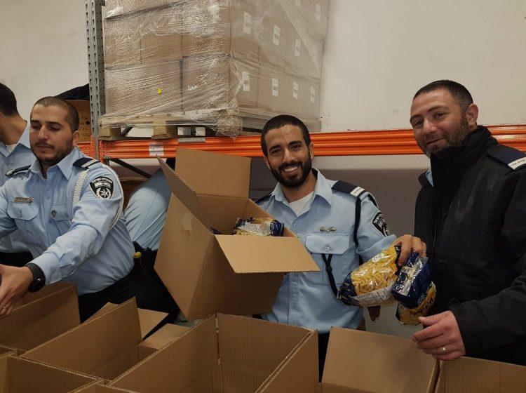 בכל רגע פנוי: שוטרים באמצע קורס קצינים מתנדבים במחסן